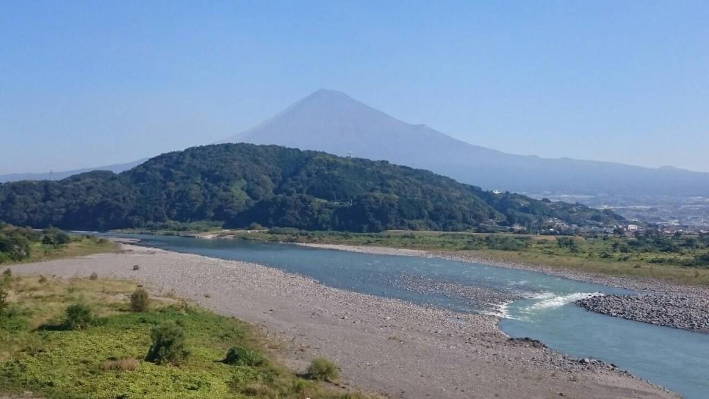 秋空と富士山と富士川